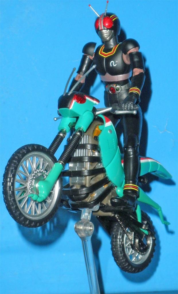 Toki o koero sora o kakero kono hoshi no tame! Atsuku moyase namida nagase asu to iu hi ni! Kamen rider BLACK! Kamen rider BLACK!